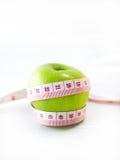 Grönt äpple med mått arkivfoto
