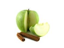 grönt äpple med skivor och kanel Arkivfoton