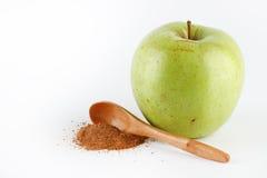Grönt äpple och kanelbrunt pulver Fotografering för Bildbyråer