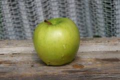 Grönt äpple på gammal fönsterbräda Royaltyfria Bilder