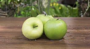 Grönt äpple på tabellen Fotografering för Bildbyråer