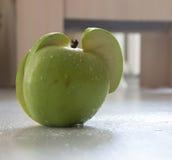 grönt äpple på trä Royaltyfria Foton