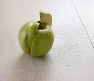 grönt äpple på trä Arkivbilder