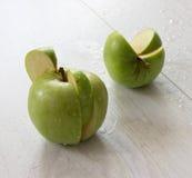 grönt äpple på trä Fotografering för Bildbyråer