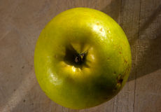 Grönt äpple på träbrädet royaltyfri fotografi