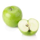 Grönt äpple, på vit bakgrund Royaltyfri Bild