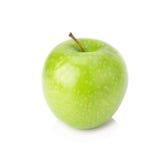 Grönt äpple, på vit bakgrund Arkivbild