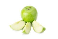 Grönt äpple, på vit bakgrund Arkivfoto