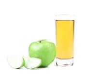 Grönt äpple, skivor och fruktsaft royaltyfri bild