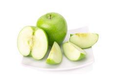 Grönt äpple som isoleras på vit bakgrund Arkivfoton
