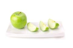 Grönt äpple som isoleras på vit bakgrund Arkivbild