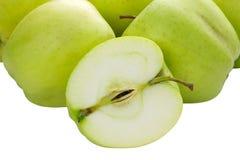 Grönt äpple som isoleras på vitbakgrund royaltyfria foton