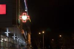 Grönt argt apotek i stad med tecknet av förälskelse royaltyfri bild