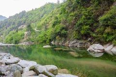 Grönt berg för vår och grönt vatten Arkivfoton
