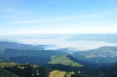 Grönt berg med blå himmel Arkivfoton