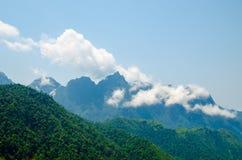 Grönt berg som täckas av molnig himmel royaltyfri fotografi