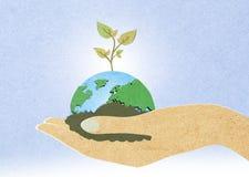 Grönt blad med våra händer Arkivbild