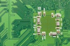 Grönt bräde för elektrisk strömkrets med mikrochipers och transistorer Royaltyfri Foto