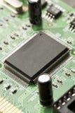 Grönt bräde för elektrisk strömkrets med mikrochipers och transistorer Royaltyfria Bilder