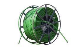 Grönt dubbelrör för HDPEkabelskydd som isoleras på den vita backgroen Arkivbilder