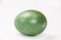 Grönt easter ägg över vit bakgrund Arkivfoton