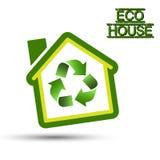 Grönt Eco hus med återvinningsymbol. Royaltyfri Fotografi