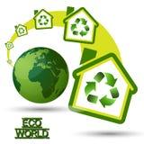 Grönt Eco hus med återvinningsymbol från gräsplan W Fotografering för Bildbyråer