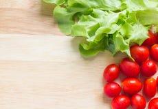 Grönt ekblad och Cherry Tomatoes Fotografering för Bildbyråer