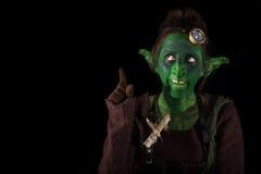 Grönt elakt troll som pekas för att svärta område, copyspace Royaltyfria Bilder