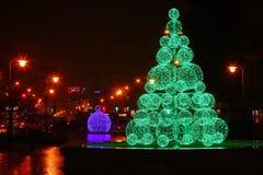 Grönt elektriskt julträd Bollsikt arkivbilder
