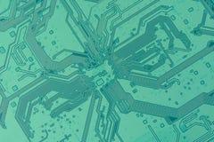Grönt elektroniskt bräde med spår som en diagonal textur Arkivfoton