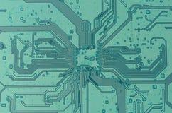 Grönt elektroniskt bräde med spår som en diagonal textur Royaltyfria Foton