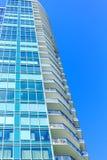 Grönt exponeringsglas och balkonger Royaltyfri Foto