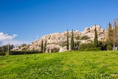 Grönt fält med blå himmel med cypressträd Cypern landskap i sommar Grön äng för sommar med cypressträd Royaltyfria Bilder