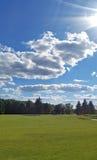 Grönt fält och moln i himlen Royaltyfri Fotografi