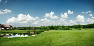 Grönt fält och sjö för golfspelet, golfbana royaltyfri foto