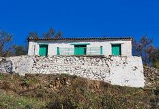 Grönt fönster för turkos på gammalt grekiskt byhus arkivbilder