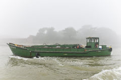 Grönt fartyg och dimmig dag Royaltyfri Bild