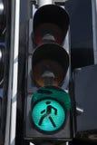 Grönt fot- trafikljustecken Fotografering för Bildbyråer