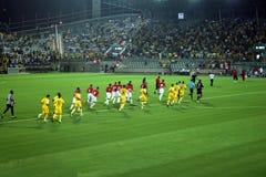 Grönt fotbollfält, israelisk fotboll, fotbollspelare på fältet, fotbolllek i Tel Aviv FIFA världscup royaltyfri fotografi