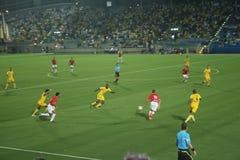 Grönt fotbollfält, israelisk fotboll, fotbollspelare på fältet, fotbolllek i Tel Aviv FIFA världscup arkivfoton
