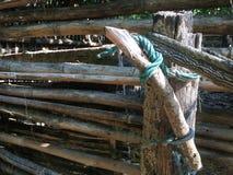 Grönt gammalt rep och staket royaltyfria foton