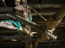 Grönt gammalt rep och staket fotografering för bildbyråer