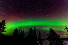Grönt glöd av nordligt tänder eller norrsken Arkivbilder
