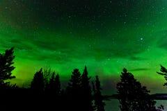 Grönt glöd av nordligt tänder eller norrsken Fotografering för Bildbyråer