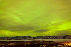 Grönt glöd av nordligt tänder eller norrsken Arkivfoton