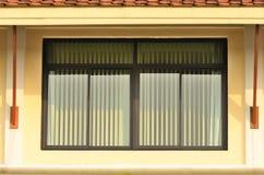 Grönt glass fönster med gröna rullgardiner royaltyfri bild