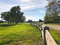 Grönt golffält och blå molnig himmel amerikansk liggande royaltyfria foton