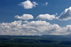 Grönt gräs för sommarberg och blå himmel med moln Royaltyfri Bild