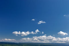 Grönt gräs för sommarberg och blå himmel med moln Arkivfoton